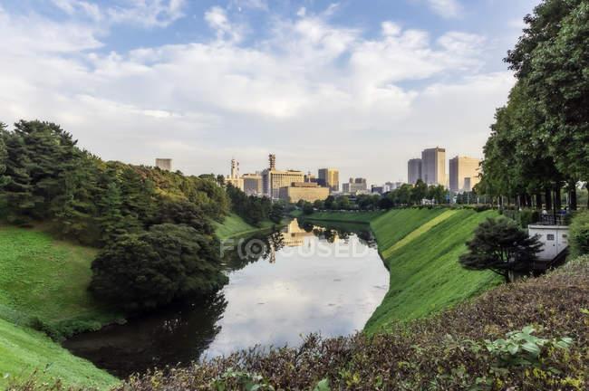 Japão, Tokyo, distrito de Chiyoda, lago perto do Palácio Imperial — Fotografia de Stock