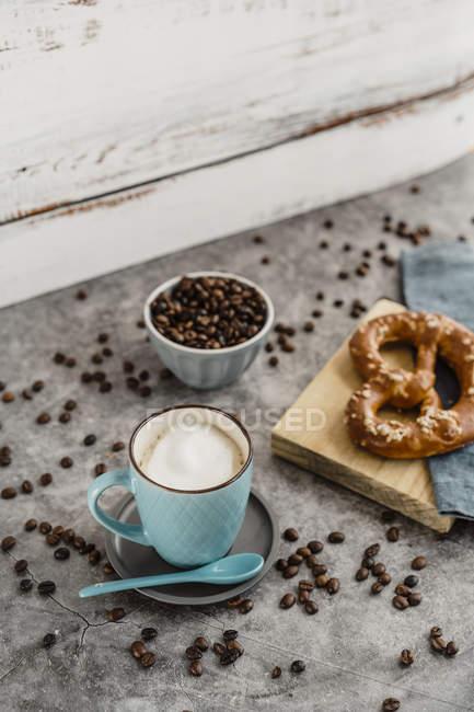Закрытие чашки белого кофе — стоковое фото