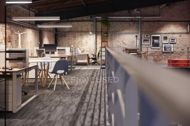 Interior de una moderna oficina de loft de estilo industrial - foto de stock