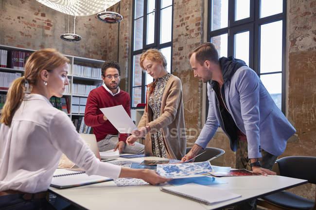 Remue-méninges avec des collègues lors d'une réunion dans un bureau de création — Photo de stock