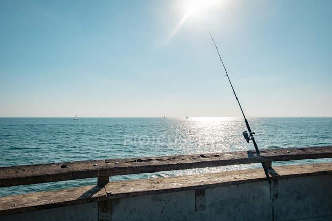 EUA, Califórnia, Los Angeles, Vara de pesca no cais de Veneza — Fotografia de Stock