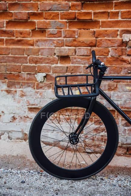 Gaiola de carga de bicicleta fixa de comutador acustomizado na parede de tijolo — Fotografia de Stock