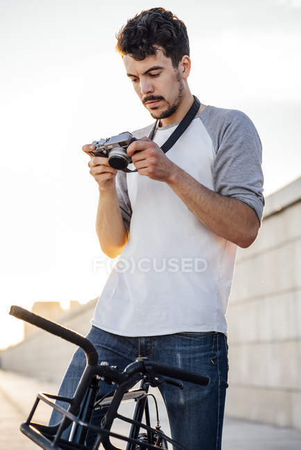 Young man with commuter fixie bike looking at camera — Stock Photo