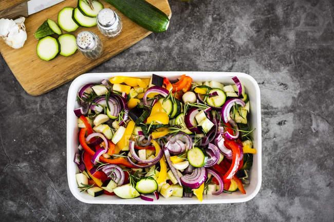 Mischung aus rohem Gemüse in der Kasserolle — Stockfoto