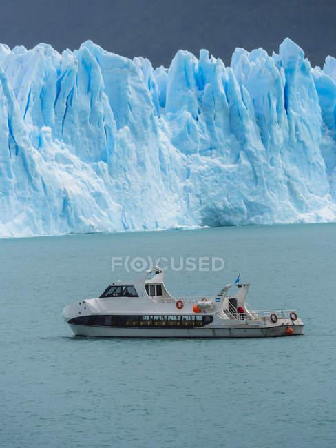 Argentina, Patagônia, El Calafate, Geleira Perito Moreno com barco de excursão em primeiro plano — Fotografia de Stock