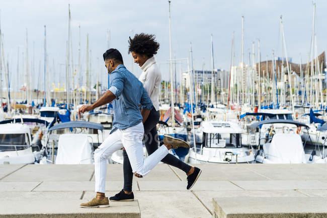 Spagna, Barcellona, coppia felice che si diverte al porto turistico — Foto stock