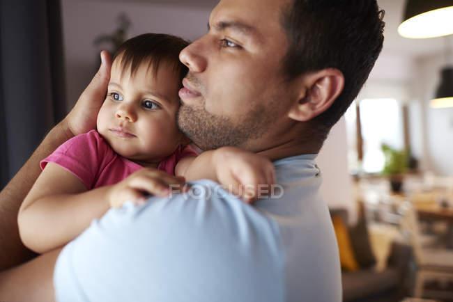 Сердечний батько обіймає свою донечку вдома. — стокове фото