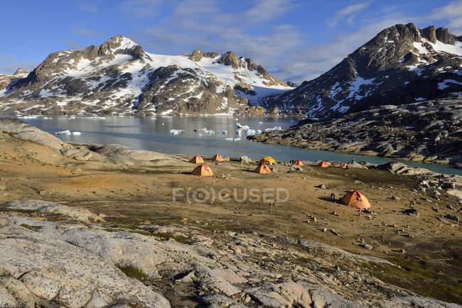 Groenlândia, East Greenland, ilha de Ammassalik, acampamento de tendas no Fiorde Sammileq — Fotografia de Stock