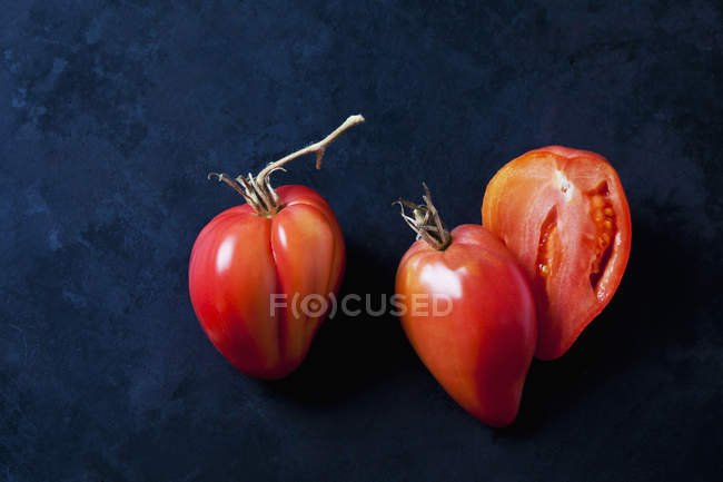 Tomates rouges sur fond noir. — Photo de stock