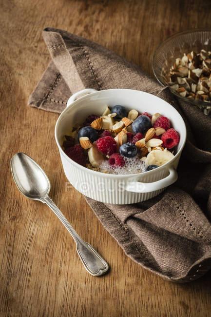 Cereais com leite de amêndoa, nozes e bagas, vegan — Fotografia de Stock