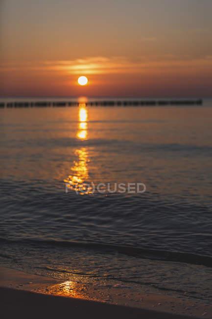 Allemagne, Mecklembourg-Poméranie occidentale, Wustrow, mer Baltique, brise-lames au coucher du soleil en hiver — Photo de stock