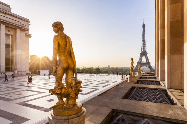 France, Paris, Eiffel Tower with statues at Place du Trocadero — Stock Photo