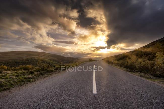 Велика Британія, Шотландія, нагір'я, дорога на заході сонця — стокове фото