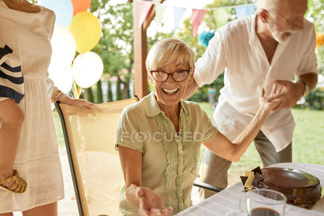 Esuberante coppia senior su una festa in giardino — Foto stock