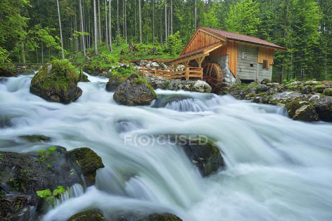 Alte Mühle am Schwarzbach in der Nähe des berühmten Golling Wasserfalls im Frühling, Österreich — Stockfoto