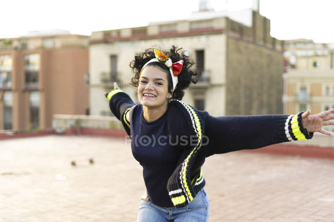 Портрет щасливої молодої жінки, яка розважається в місті. — стокове фото