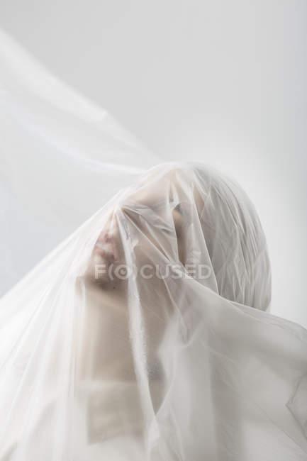 Femme gracieuse coincée dans un voile — Photo de stock
