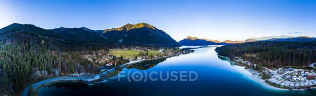 Allemagne, Bavière, Haute-Bavière, Kochel am See, Vue panoramique du lac Walchen dans la soirée — Photo de stock