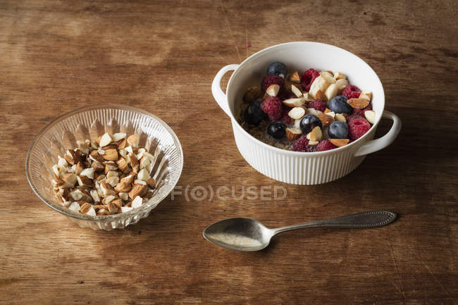 Зерновые с миндальным молоком, орехами и ягодами, веганский — стоковое фото