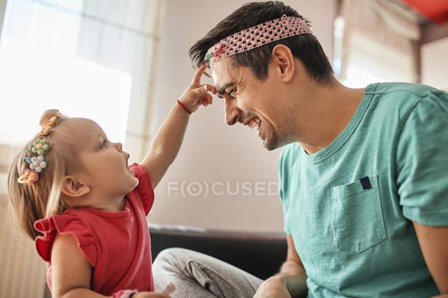 Отец и маленькая девочка веселятся вместе дома — стоковое фото