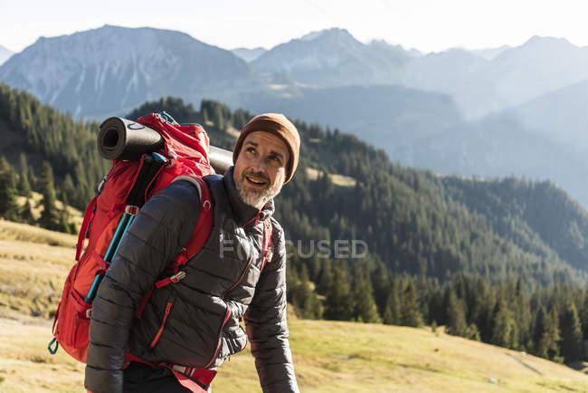 Hombre senderismo en las montañas - foto de stock