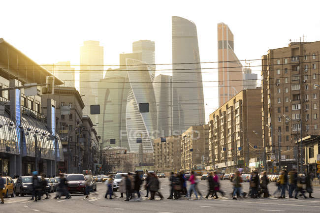 Росія, Москва, зайняті люди, що перетинають Болешия Дороміловівська Ulitsa — стокове фото