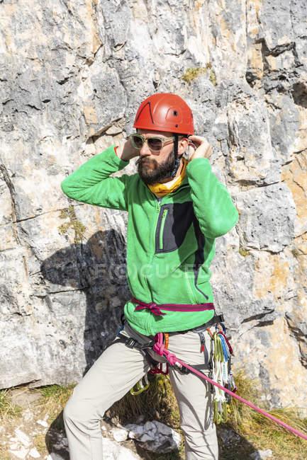 Itália, Cortina d 'Ampezzo, homem se preparando para subir nas montanhas das Dolomitas — Fotografia de Stock