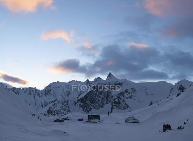 Швейцарія, Велика Санкт-Бернар пас, біль де-Суре, зимовий ландшафт в горах у сутінках — стокове фото