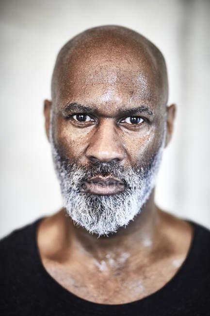 Портрет потного лысого мужчины с седой бородой — стоковое фото