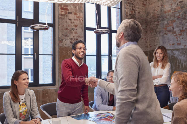 Colegas cumprimentam em uma apresentação no escritório — Fotografia de Stock