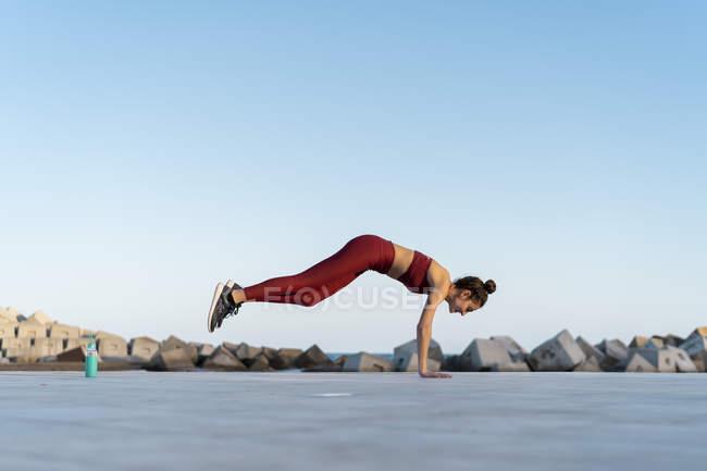 Спортивная молодая женщина во время тренировки, двигает ногами — стоковое фото