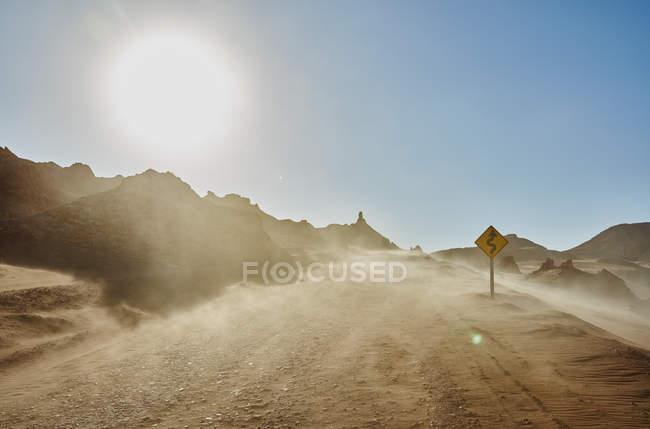 Chili, Valle de la Luna, San Pedro de Atacama, piste de sable dans la tempête de sable — Photo de stock