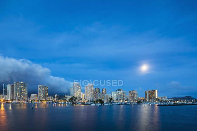 США, Гаваї, Оаху, Гонолулу і аля Вай човен Харбор в Blue Hour — стокове фото