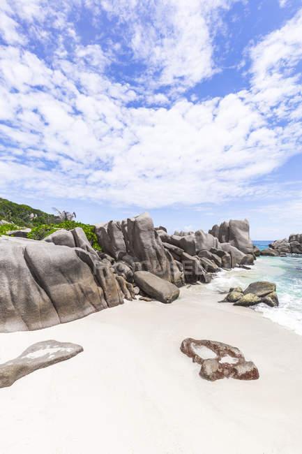 Сейшельські острови, Ла Діг, Анс Маррон з гранітними скелями. — стокове фото
