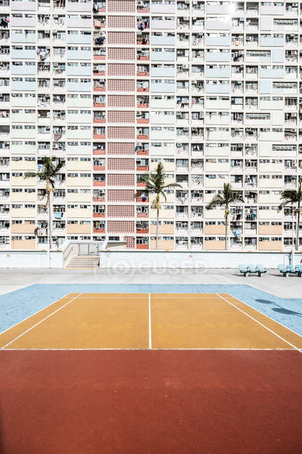 Hong Kong, Choi Hung, terrain de sport devant un immeuble d'appartements — Photo de stock