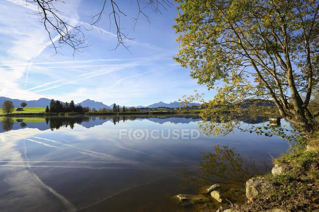 Німеччина, Баварія, Фуссен, Alpine Foreland, мовчання над гірським озером — стокове фото