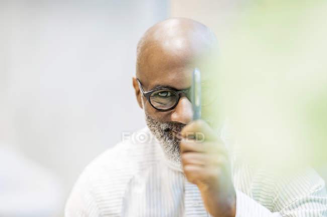 Ritratto di uomo d'affari calvo con penna — Foto stock