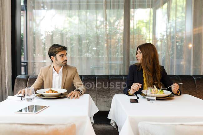 Mulher e homem que enfrentam-se em um restaurante — Fotografia de Stock