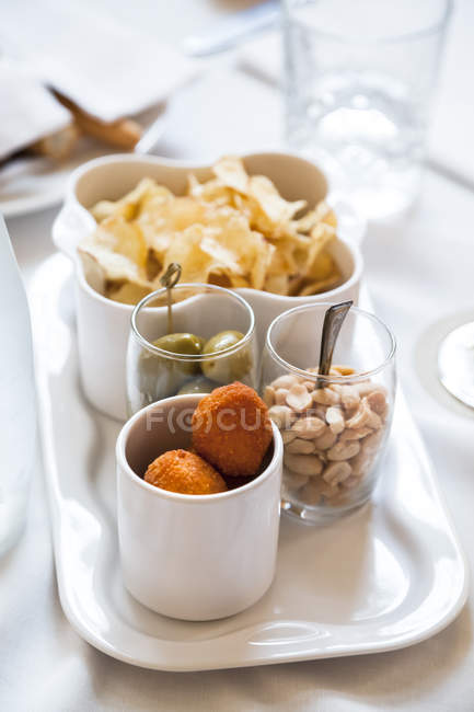 Ensemble avec des olives farcies frites all'ascolana, arachides, olives vertes — Photo de stock