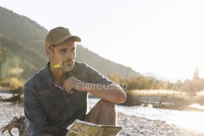 Пожилой человек в походе у реки — стоковое фото