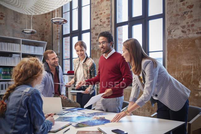 Colleghi brainstorming a un incontro in ufficio creativo — Foto stock