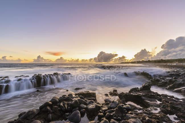 USA, Hawaii, Kauai, Pazifik, Südküste, Kukuiula-Bucht bei Sonnenuntergang — Stockfoto
