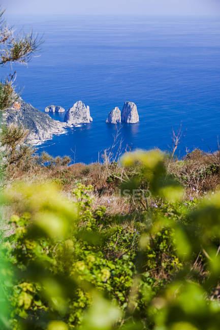 Італія, кампанія, Капрі, Анапенрі, Фаральоні скелі, вид з Монте-Сольаро — стокове фото