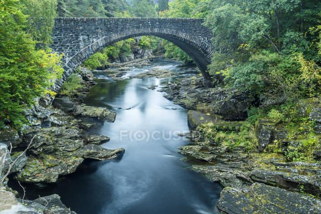 Reino Unido, Scotland, montanhas, cachoeiras de Invermoriston — Fotografia de Stock