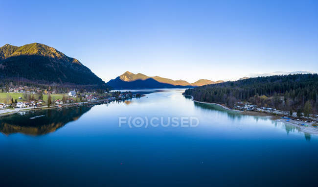 Allemagne, Bavière, Haute-Bavière, Kochel am See, Lac Walchen dans la soirée — Photo de stock