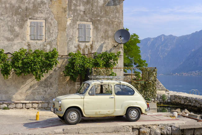 Montenegro, Muo, Fiat 500 at the old house — Stock Photo