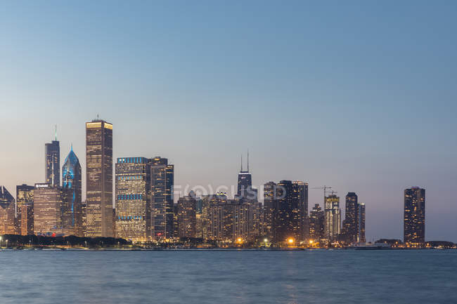 USA, illinois, Chicago, Michigansee, Stadtbild zur blauen Stunde — Stockfoto