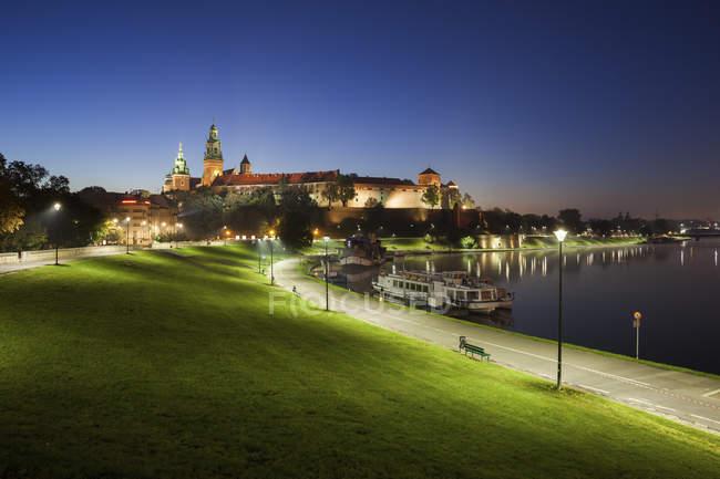 Pologne, Cracovie, Château de Wawel, soirée tranquille au bord de la Vistule — Photo de stock