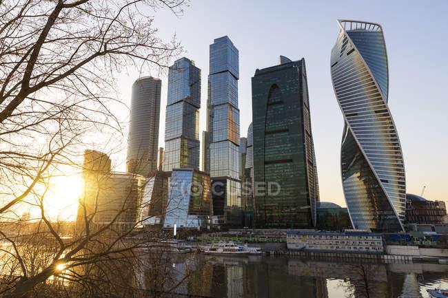 Rusia, Moscú, Rascacielos modernos en el distrito financiero - foto de stock
