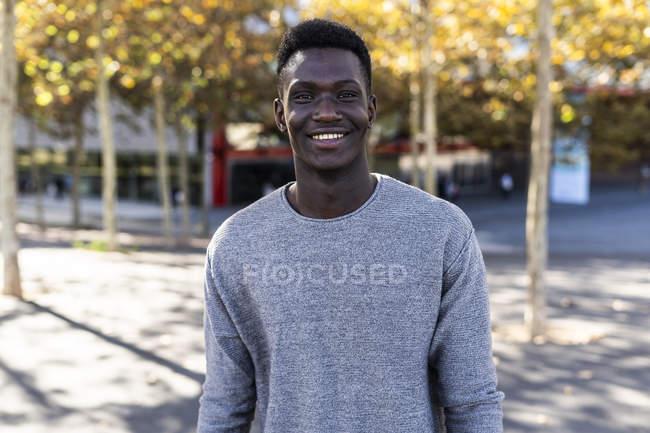 Ritratto di un giovane sicuro di sé, in piedi in un parco — Foto stock